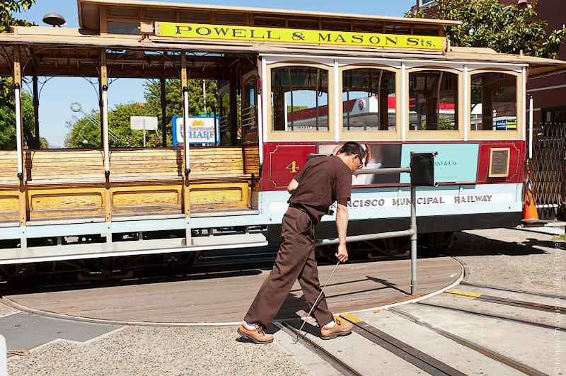 Разворачивают трамвай вручную