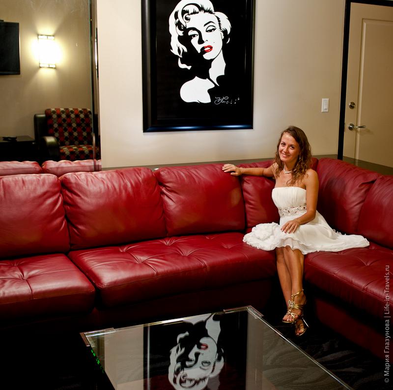 Кожаный диван в номере