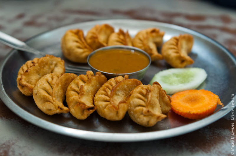 Непальские момо, жаренные в кипящем масле