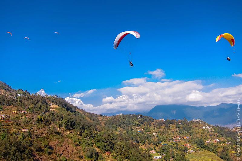 Парапланеристы в Непале