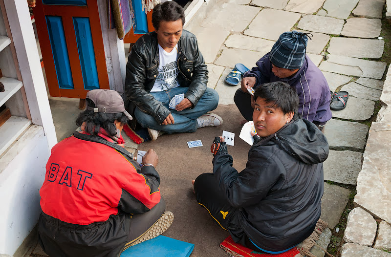 Непальцы за картами