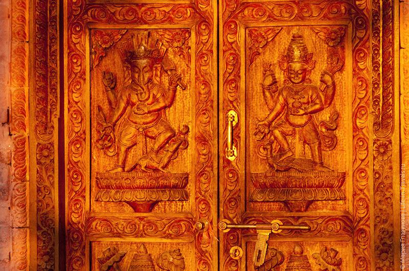 Двери в храм Чангу Нараян