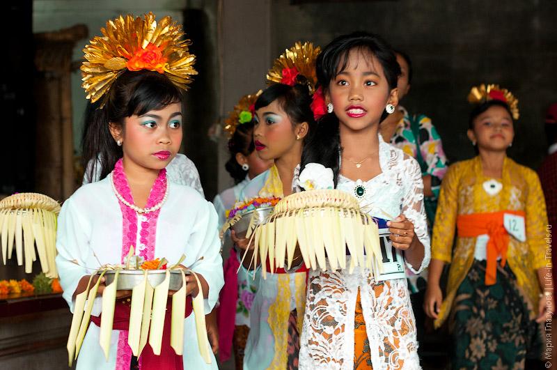 Девочки в национальных платьях