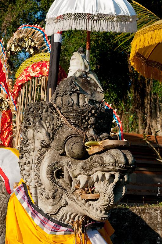 Скульптура около храма