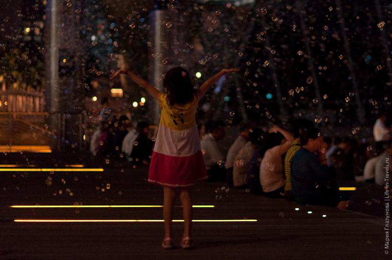 Вечернее лазерное шоу около Мерлиона, мыльные пузыри
