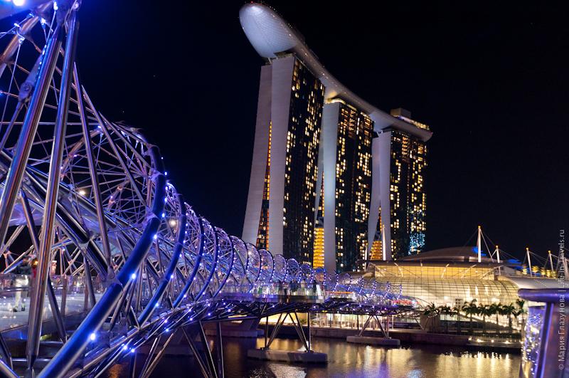 Мост Хеликс Бридж и Марина Бэй Сендс в Сингапуре с ночной подсветкой