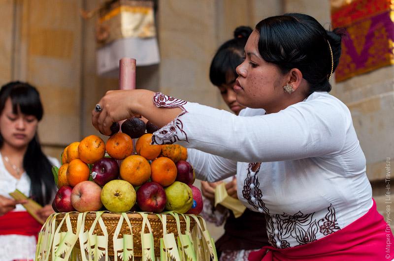 Балийка собирает праздничное подношение.jpg