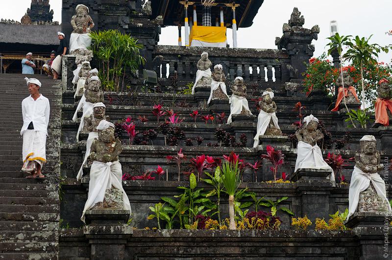 Статуи в саронгах