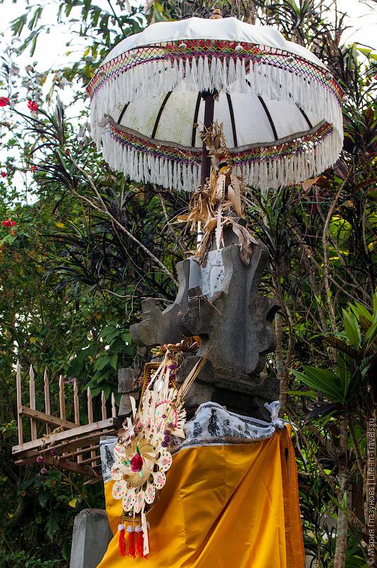 Зонтики около храмов