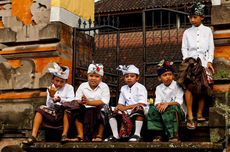 Балийские дети в религиозной одежде