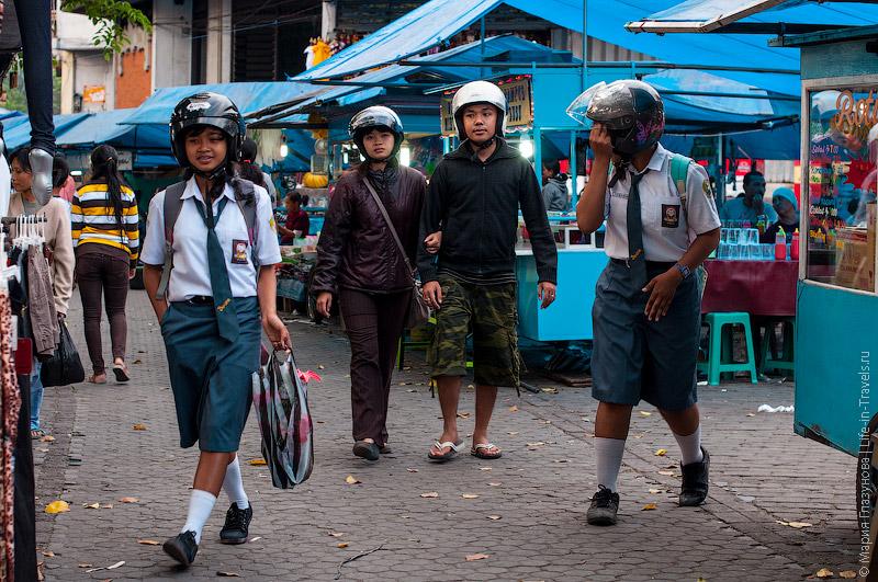 По рынку многие ходят в шлемах
