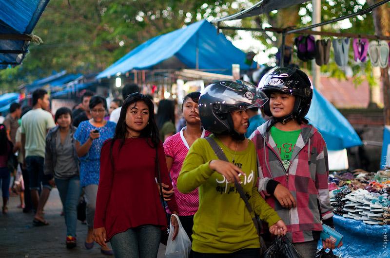 Местные жители в шлемах