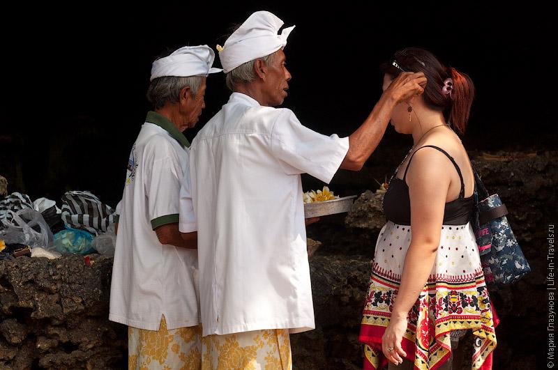Церемония освящения перед входом в храм