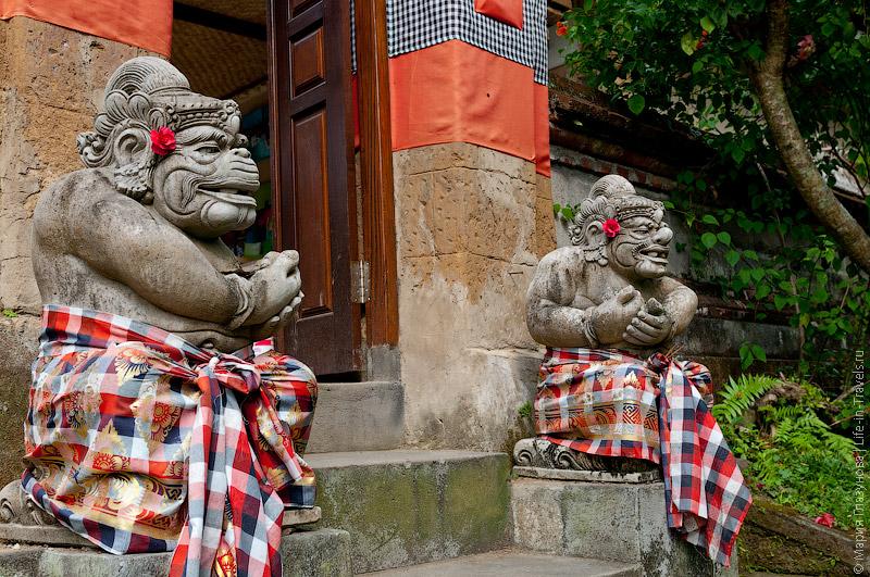Статуи, охраняющие вход в дом