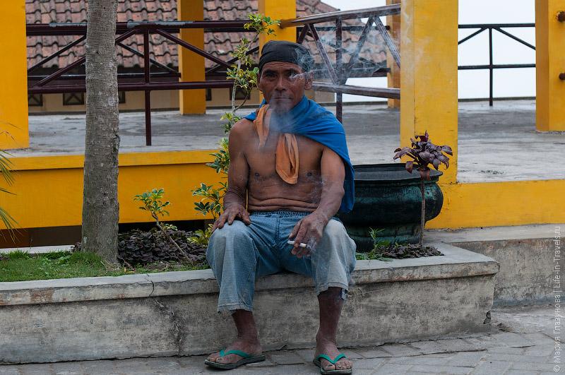 Курящие яванцы