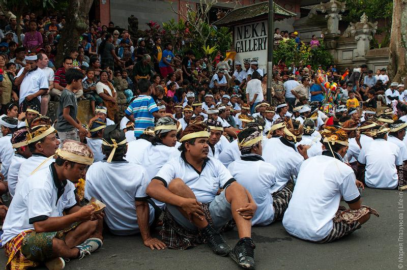 Местные в ожидании процессии