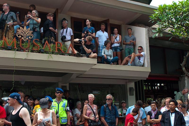 Туристы, наблюдающие за процессией