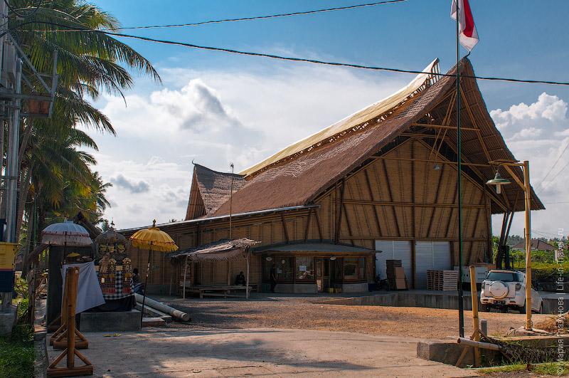 Здание фабрики из бамбука
