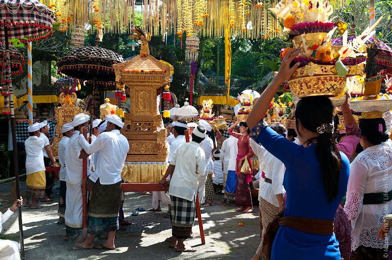 Балийская церемония в храме