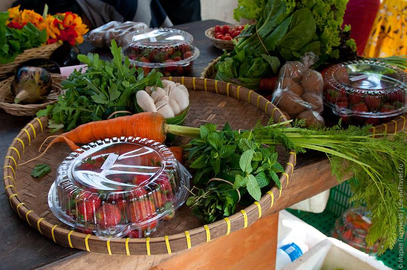 Поднос с овощами и фруктами