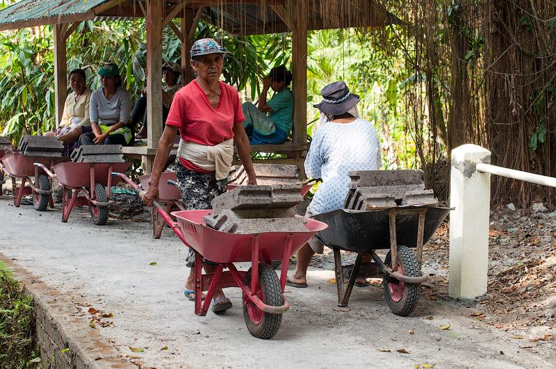 Балийские женщины-строители