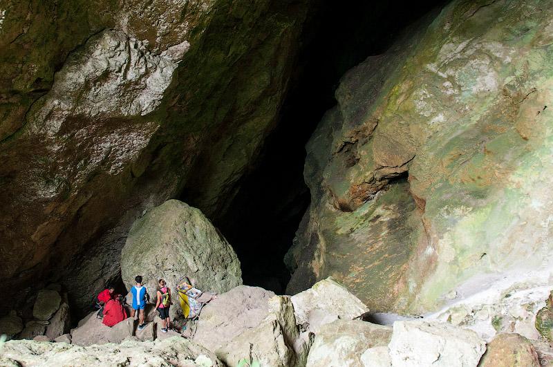Туристы готовятся лезть в пещеру