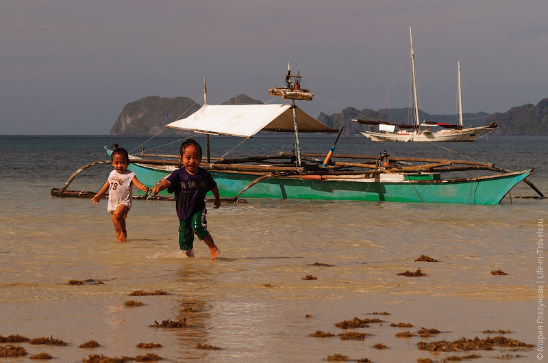 Местная ребетня на пляже Корон-Корон