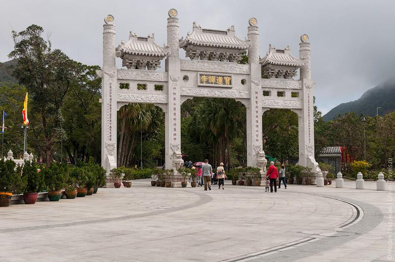 Ворота перед монастырём По Линь