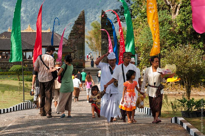 На территории храма Улун Дану