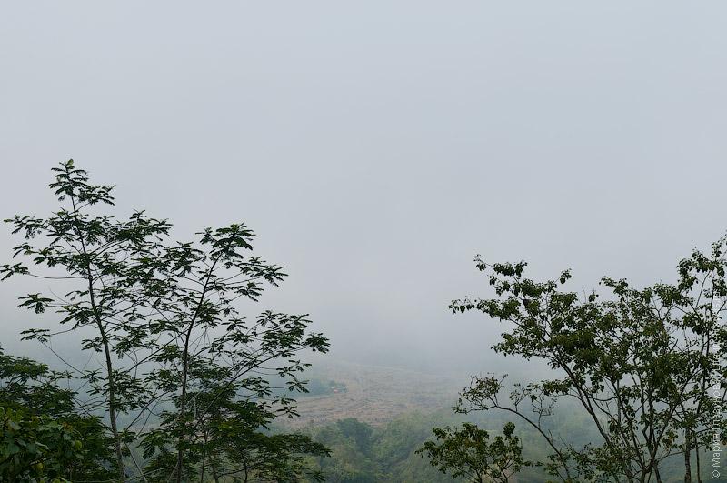 Вулкан Батур в облаках