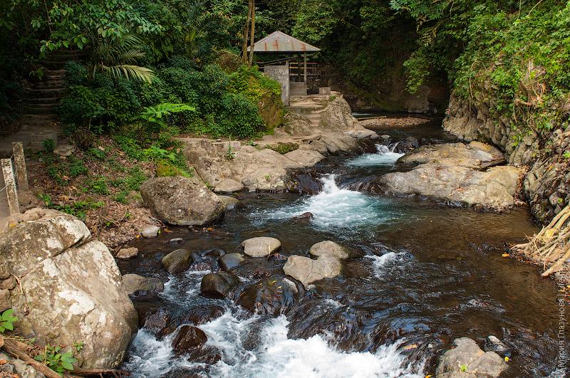 Беседка у водопада Гит-Гит