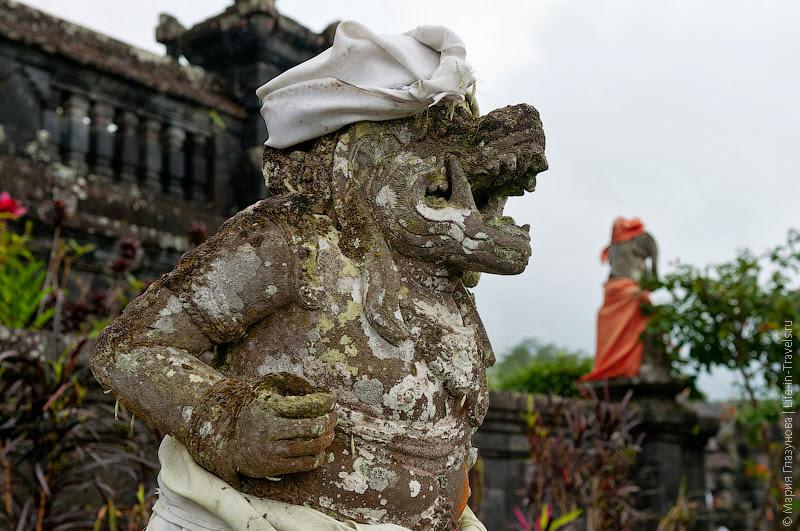 Статуи в храме