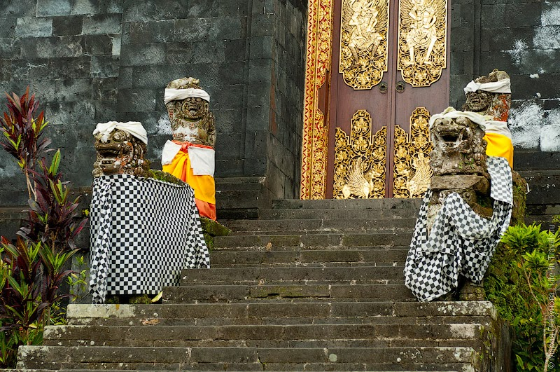 Ворота во внутренний храм