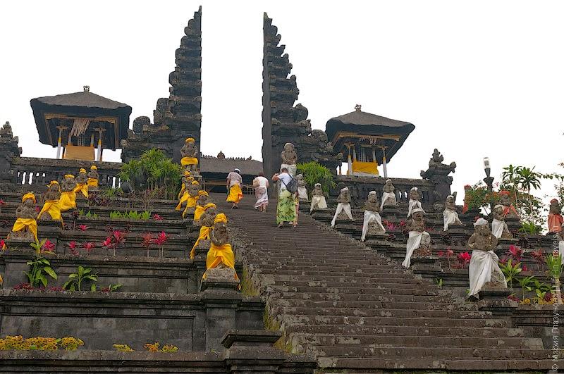 Главная лестница храма Бесаких
