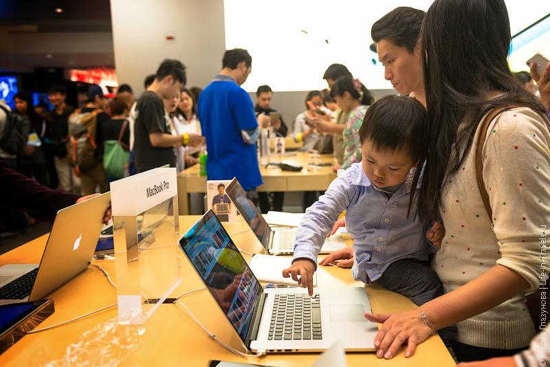 Юный фанат продукции Apple