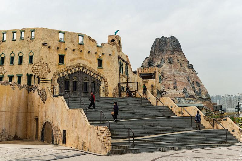 Искусственный замок и вулкан