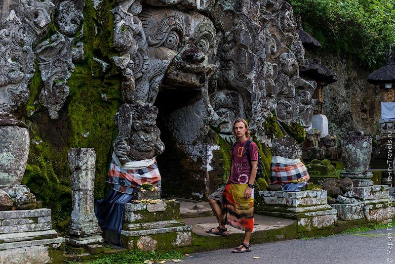 каменно-земляные валуны, поросшие мхом, Пещера слона Гоа Гаджа