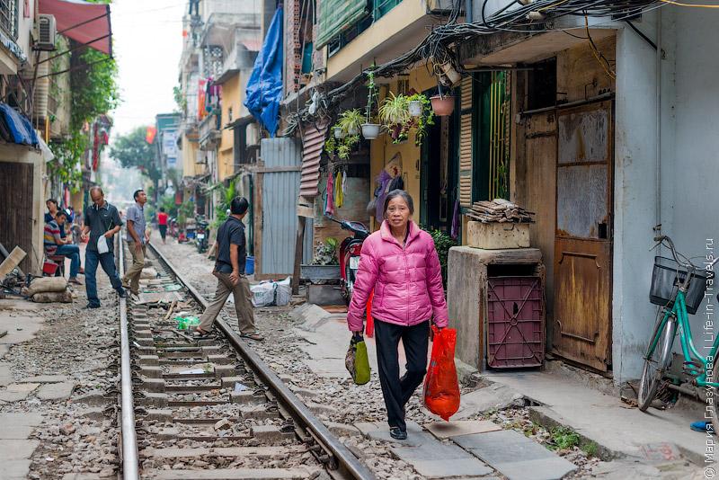 Трущобы в Ханое на железной дороге