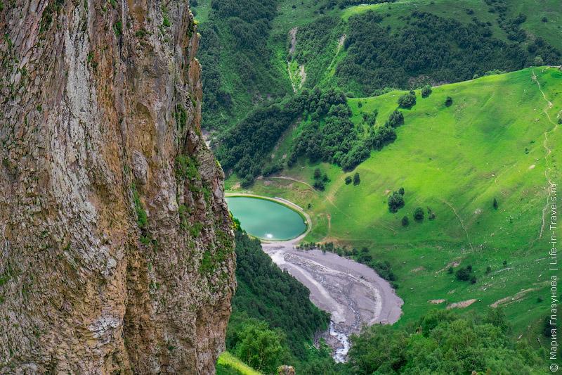 Искусственное озеро в ущелье Арагви