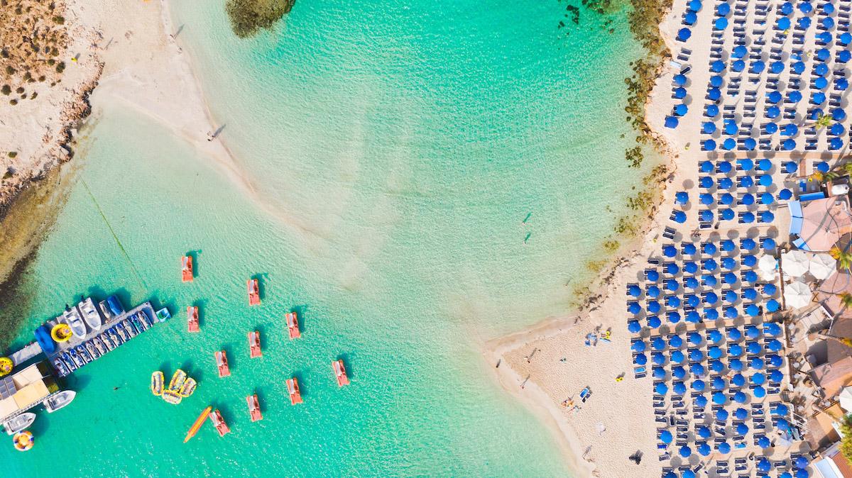 пляжи Кипра: Nissi Beach пляжи Кипра Лучшие пляжи Кипра – с белым песком, для тусовок, для отдыха с детьми  D0 9F D0 BB D1 8F D0 B6 D0 B8  D0 9A D0 B8 D0 BF D1 80 D0 B0 Nissi Beach